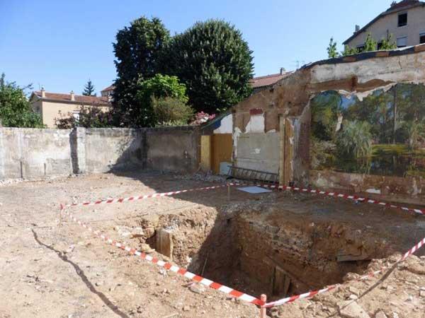 El sótano se despejó antes de excavar las excavaciones para los cimientos.