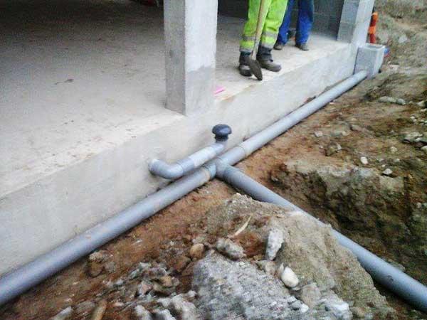 Conexión al sistema de alcantarillado y ventilación de la bodega.