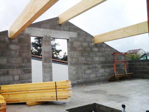 Instalación del marco de madera que soporta el techo.